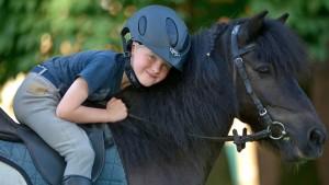 Pferde für unsere Kinder e.V. - Kleiner Junge sitzt auf einem Pony