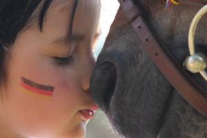 Pferde für unsere Kinder e.V. - Kind und Pferd halten die Nasen aneinander