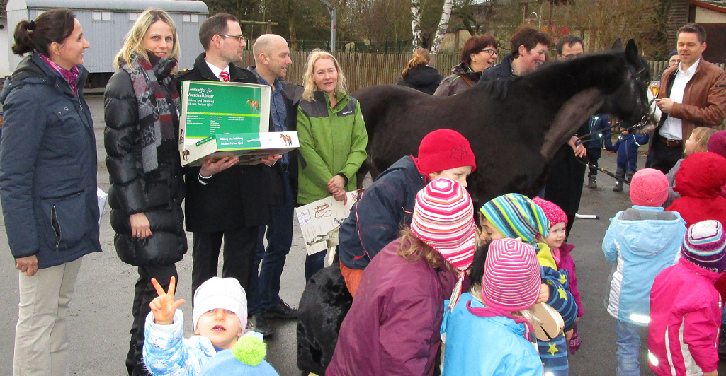 Holzpferdeübergabe mit Pony Eros in der Kita Das Nest in Kleinseelheim (Februar 2016)