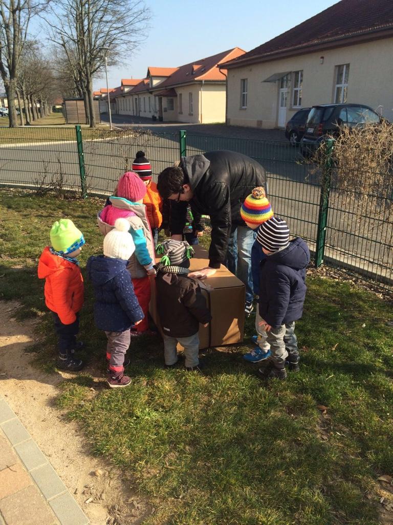 Holzpferdeübergabe Kindergrippe Käferkiste - Marienkäfer e.V. - spannende Kiste