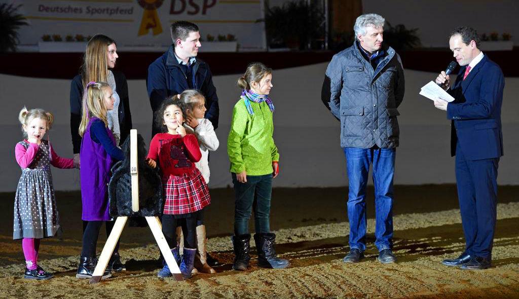 Holzpferdeübergabe bei Süddeutschen Hengsttagen 2016 an Münchener Kindertagesstätte - Pferde für unsere Kinder