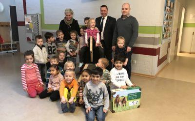 """Bankhaus August Lenz fördert Hamburger Kitas mit """"Pferde für unsere Kinder e.V.""""-Holzpferden und Lernkoffern"""