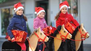 """""""Pferde für unsere Kinder e.V."""" weihnachtliche Holzpferde"""