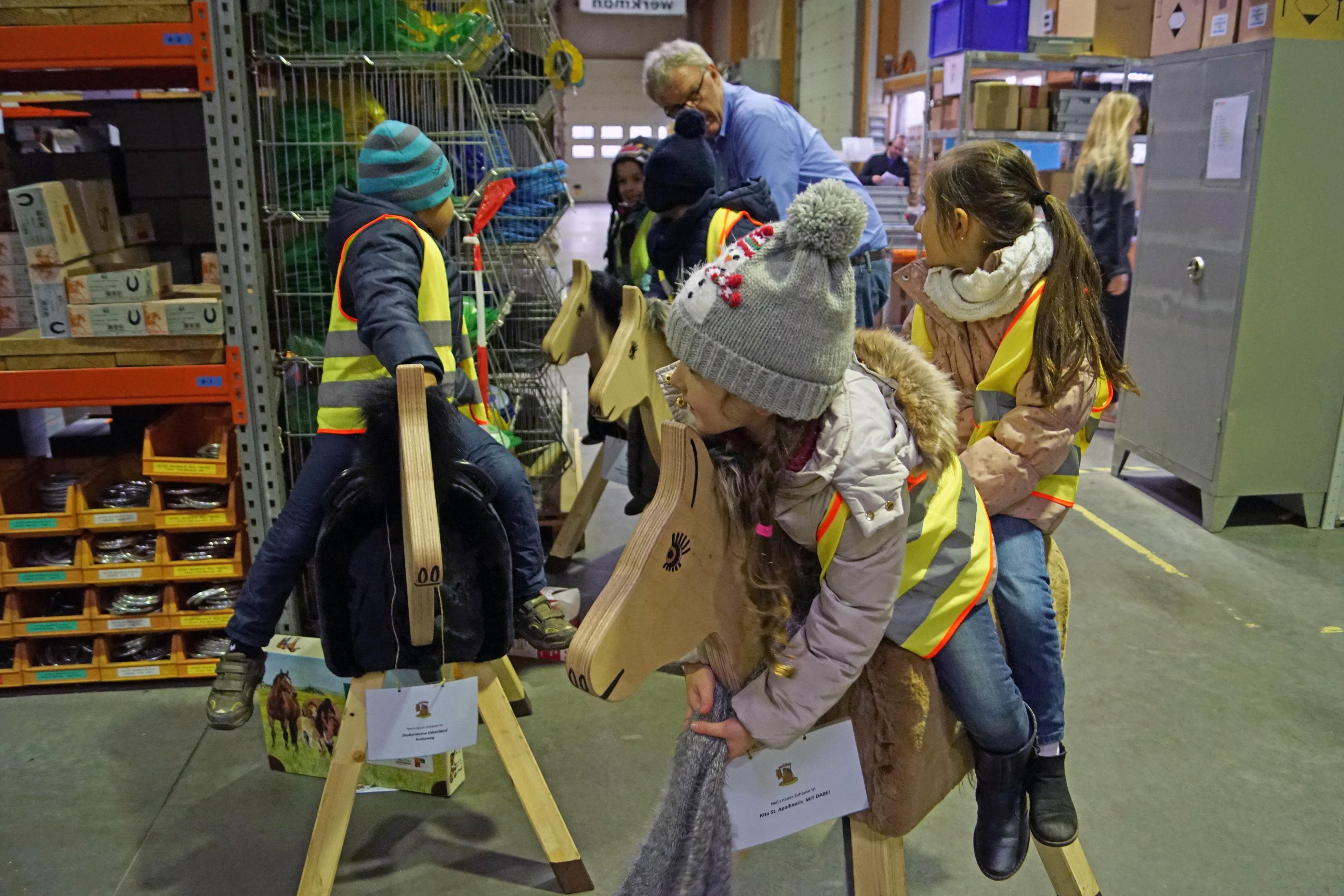 Holzpferdeübergabe Hufschmiede Strohm - Pferde für unsere Kinder e.V. 2017 (1)