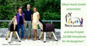"""Ulli Kerbl von der Albert Kerbl GmbH aus Buchbach mit Mitarbeiterinnen der Kindergärten in Buchbach und Felizenzell bei der Übergabe der gespendeten Holzpferde - """"Pferde für unsere Kinder e.V.""""-Projekt """"10.000 Holzpferde für Kindergärten"""""""