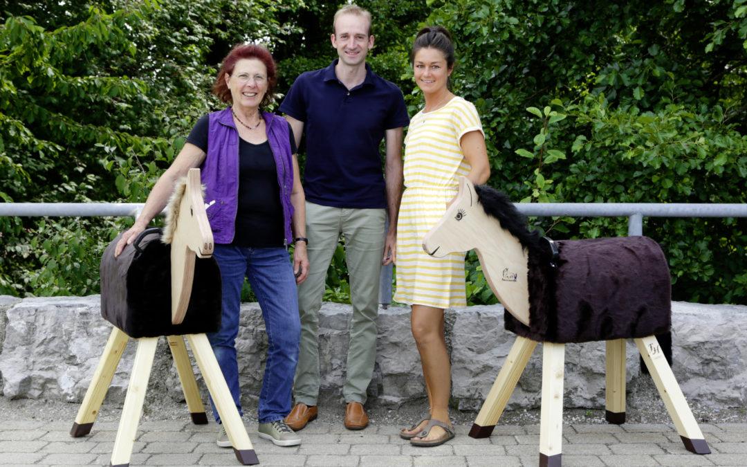 Die Albert Kerbl GmbH spendet Holzpferde an Kindergärten