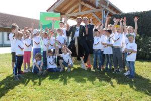 Thomas und Lisa Müller mit Kindern und Holzpferd - Auftakt 100 LWH Baden-Württemberg