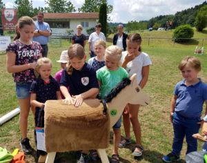 Kinder spielen mit dem Holzpferd bei der Holzpferdübergabe Schlensog 2018