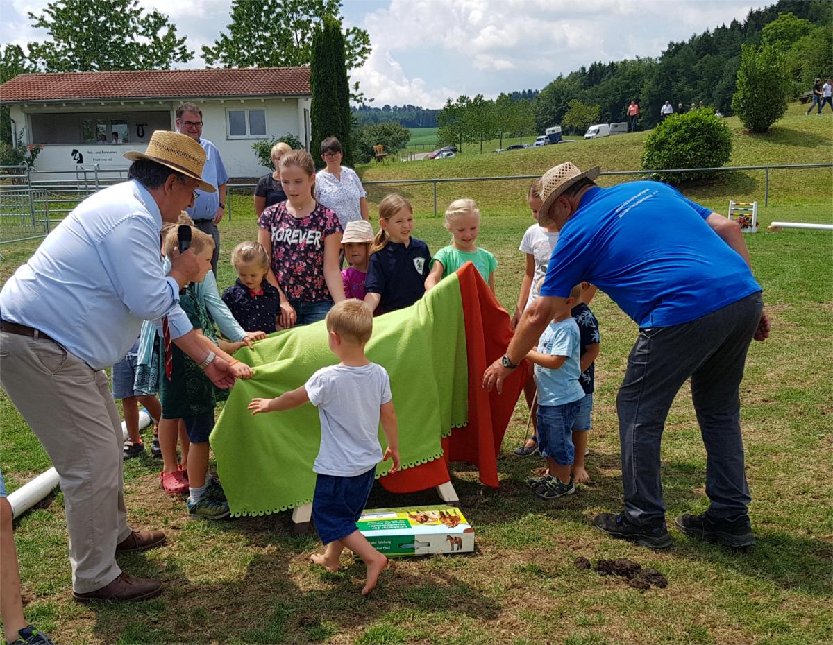 Kinder entdecken das Holzpferd bei der Holzpferdübergabe Schlensog 2018