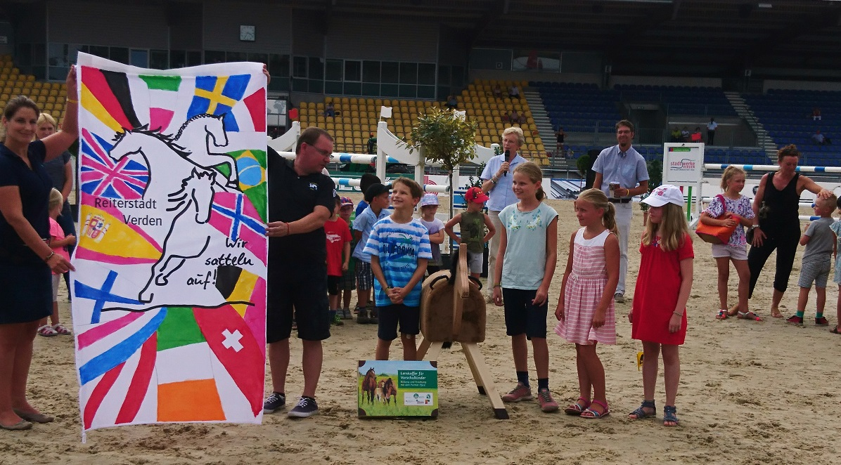 Kindertag Verden International 2018 - Hannoveraner Verband - Flagge, Kinder und Holzpferde