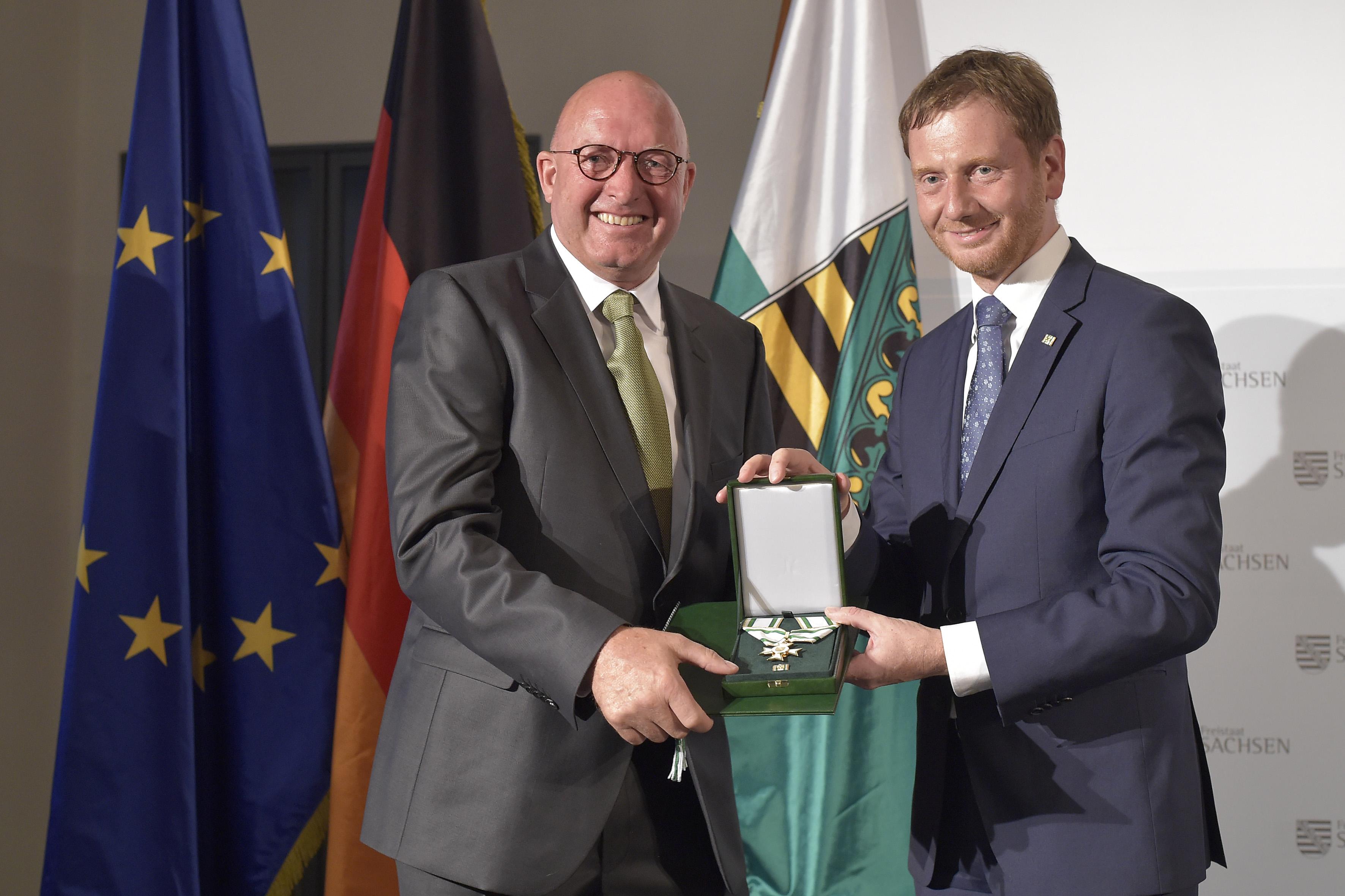 Ministerpräsident Michael Kretschmer überreicht Volker Wulff den Verdienstorden des Freistaates Sachsen.