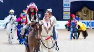 Kunterbunt und einfach zuckersüß unterwegs: Die Teilnehmer der Kostüm-Führzügelklasse präsentiert von Radio Arabella bei den MUNICH INDOORS. Foto:Thomas Hellmann
