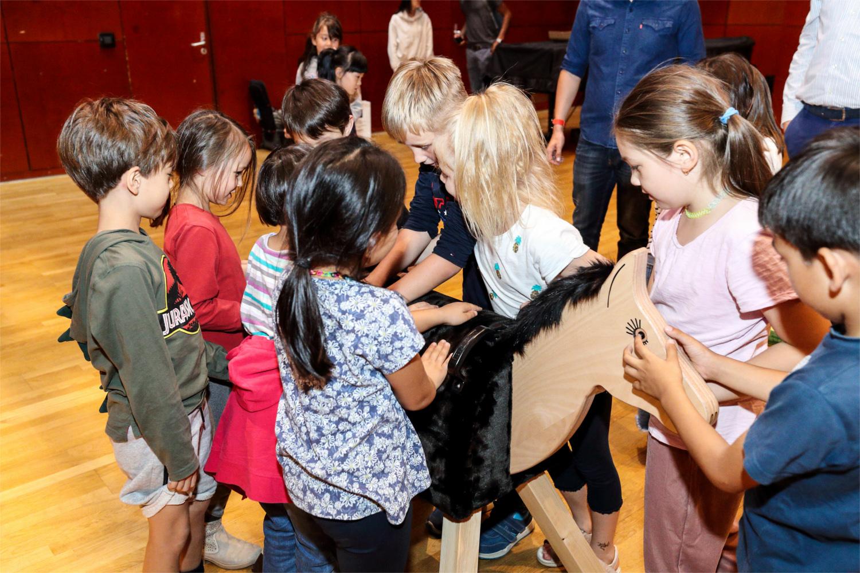 Begeisterung rund ums Holz-/Pferd - Kinder der deutschen Botschaftsschule in Peking. Foto: EN GARDE