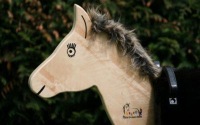 Pony-Cup-Teilnehmer bringen Holzpferde in Kindergärten