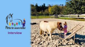 Mädchen hält Pony fest - Interview Andrea Zender Erlebnishof Wies - Pferde für unsere Kinder e.V.