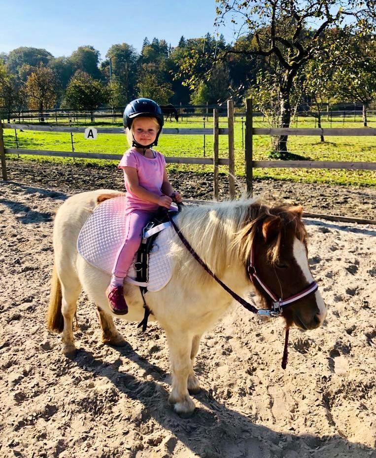 Mädchen reitet Pony ohne Sattel