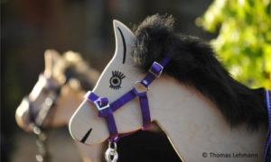 Funny Horses Holzpferd mit Halfter