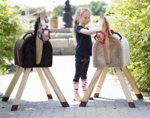 Pferde für unsere Kindere.V. Holzpferd, Kind und Holzpferde - c Thomas Hellmann