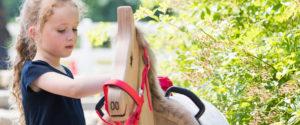 Kind striegelt Holzpferd - Pferde für unsere Kinder e.V. - c Thomas Hellmann