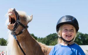 Kind und Pony freuen sich - Pferde für unsere Kinder e.V. - c Thomas Hellmann (1200x670)