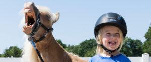 Kind und Pony freuen sich - Pferde für unsere Kinder e.V. - c Thomas Hellmann