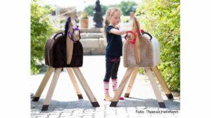 Pferde für unsere Kindere.V. Holzpferd, Kind und Holzpferde (II) - c Thomas Hellmann
