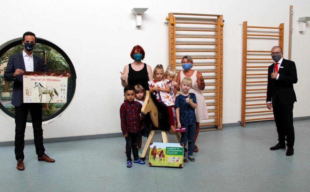 Das Familienzentrum Ruthenberger Rasselbande aus Neumünster erhält Holzpferd der Sparkasse Südholstein