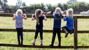 Kinder am Zaun - Pferde für unsere Kinder e.V. c Thomas Hellmann